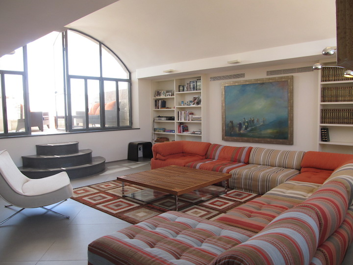 The Pomegranate~ Stunningly renovated 160m Jewish Quarter apartment.  High quality appointments to the finest detail.