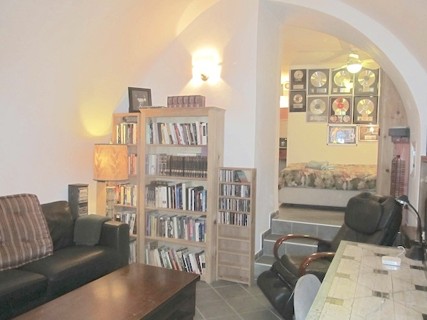 Studio apartment in Jewish Quarter of the Old City. Very comfortable. Centrally located in a quiet area of the Rova.